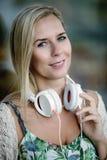 Portrait d'une femme avec des écouteurs Image stock