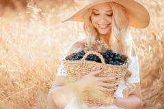 Portrait d'une femme avec du raisin dans des mains Images libres de droits