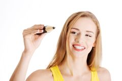 Portrait d'une femme avec la grande écriture de crayon Photographie stock