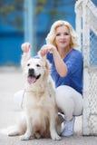 Portrait d'une femme avec le beau chien jouant dehors Photos libres de droits