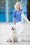 Portrait d'une femme avec le beau chien jouant dehors Photos stock