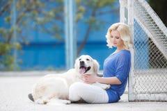 Portrait d'une femme avec le beau chien jouant dehors Photographie stock