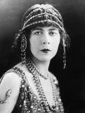 Portrait d'une femme avec les bijoux principaux fleuris (toutes les personnes représentées ne sont pas plus long vivantes et aucu photos libres de droits