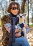 Portrait d'une femme avec un chien Images stock