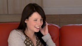 Portrait d'une femme bavarde au téléphone banque de vidéos