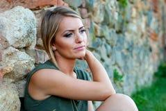 Portrait d'une femme blonde triste et déprimée Images stock