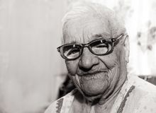 Portrait d'une femme centenaire riante photo stock