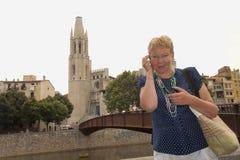 Portrait d'une femme d'une cinquantaine d'années sur le remblai de la rivière Onyar images libres de droits