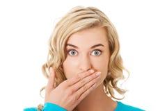 Portrait d'une femme couvrant sa bouche Images libres de droits