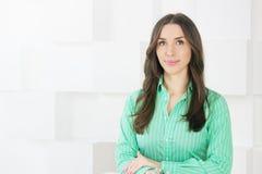 Portrait d'une femme d'affaires de beauté regardant l'appareil-photo Photo libre de droits