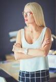 Portrait d'une femme d'affaires mûre professionnelle exécutive s'asseyant sur le bureau Photo stock