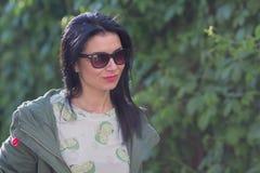 Portrait d'une femme dans des lunettes de soleil image libre de droits