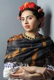 Portrait d'une femme dans l'image de Frida Kahlo photographie stock