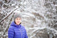 Portrait d'une femme dans un chapeau tricot? images stock