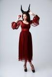 Portrait d'une femme de mode dans la robe rouge Photographie stock libre de droits