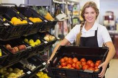 Portrait d'une femme de personnel tenant une boîte avec légumes frais Images stock