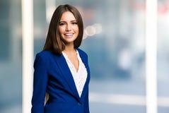 Portrait d'une femme de sourire amicale Photographie stock