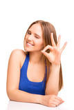 Portrait d'une femme de sourire montrant le signe CORRECT photographie stock libre de droits