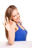Portrait d'une femme de sourire montrant le signe CORRECT photo libre de droits