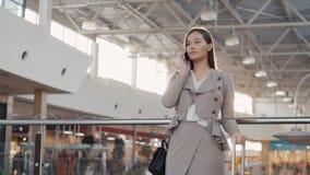 Portrait d'une femme de touristes de jeune adolescent visitant les achats de ville utilisant son dispositif et sourire de smartph Image stock