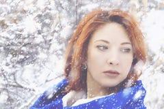 Portrait d'une femme en hiver froid image stock