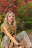 Portrait d'une femme en parc Photos libres de droits