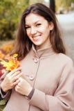 Portrait d'une femme en parc d'automne Photographie stock libre de droits