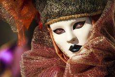 Portrait d'une femme fascinante et séduisante avec de beaux yeux et d'un masque vénitien pendant le carnaval de Venise Images stock