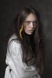 Portrait d'une femme folle dans une camisole de force images libres de droits