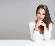 Portrait d'une femme gaie de burnette Photos libres de droits