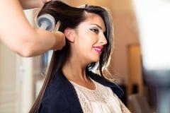 Portrait d'une femme heureuse au salon de coiffure image libre de droits