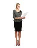 Portrait d'une femme heureuse d'affaires tenant des papiers Photos stock
