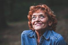 Portrait d'une femme heureuse de cinquante ans images stock