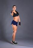 Portrait d'une femme heureuse de forme physique montrant le signe correct Image libre de droits