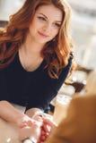 Portrait d'une femme heureuse dehors en café Photo stock