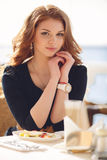 Portrait d'une femme heureuse dehors en café Photo libre de droits