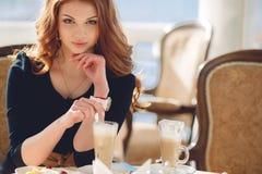 Portrait d'une femme heureuse dehors en café Image libre de droits