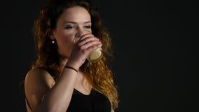 Portrait d'une femme hispanique en bonne santé avec la secousse de protéine de smoothie de banane après session de gymnase banque de vidéos