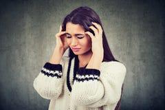 Portrait d'une femme inquiétée soumise à une contrainte photo stock