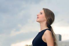 Portrait d'une femme joyeuse et heureuse d'affaires Image stock
