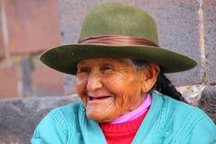 Portrait d'une femme locale s'asseyant dans la rue de Cusco, Pérou Images stock
