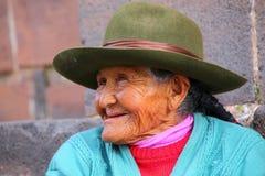 Portrait d'une femme locale s'asseyant dans la rue de Cusco, Pérou Photos stock