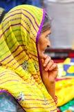 Portrait d'une femme locale se tenant au bazar de Kinari à Âgrâ, Utt photos stock