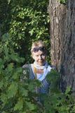 Portrait d'une femme mûre dans une forêt près d'un arbre Photos libres de droits