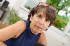 Portrait d'une femme mûre avec les verres rouges Photo libre de droits