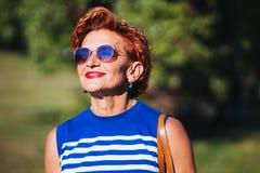 Portrait d'une femme m?re en parc images libres de droits