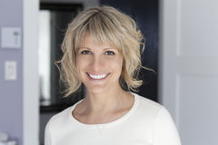 Portrait d'une femme mûre souriant à l'appareil-photo Image stock