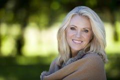 Portrait d'une femme mûre souriant à l'appareil-photo photographie stock