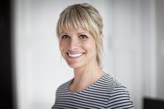 Portrait d'une femme mûre souriant à l'appareil-photo Images libres de droits
