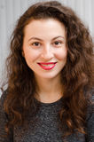 Portrait d'une femme magnifique de brune avec les cheveux onduleux et le beau sourire Image libre de droits